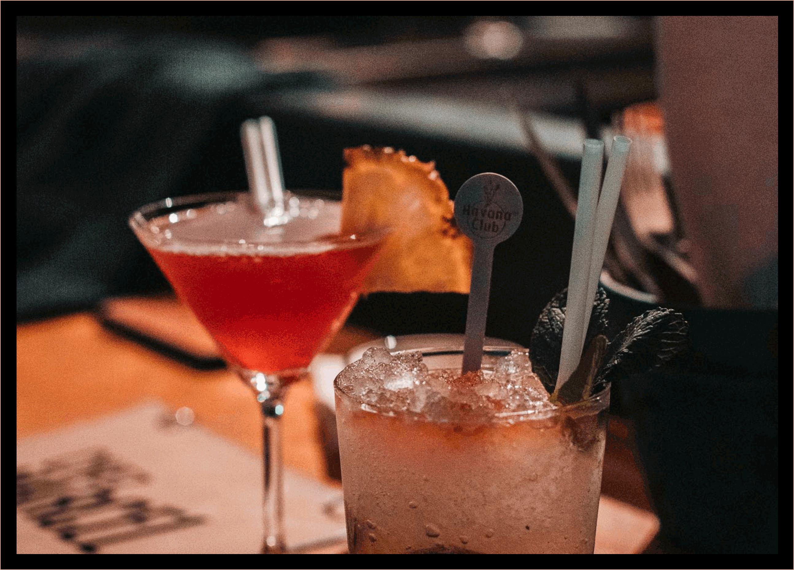 Cocktails sur le comptoir.